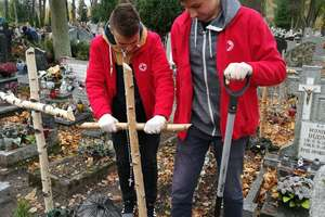 Młodzież sprzątała na bartoszyckim cmentarzu zapomniane groby