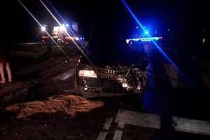 Czołowe zderzenie audi i volkswagena. Dwie osoby, w tym 13-letnia dziewczynka, zostały ranne