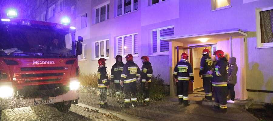 Interwencja strażaków w mieszkaniu przy ul. Pana Tadeusza w Olsztynie. W lokalu znaleziono nieżyjącą kobietę