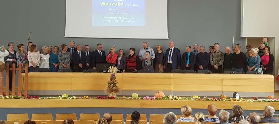 Mieszkańcy wraz z sołtys Anną Lewikowską odebrali nagrodę