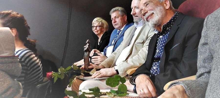 Bogusław Kierc (pierwszy z prawej) podczas Gali VII edycji Nagrody im. K. I. Gałczyńskiego ORFEUSZ, która odbyła się 30 czerwca br. w Domu Kultury w Rucianem-Nidzie