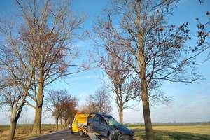 VW uderzył w drzewo, volvo w rowie