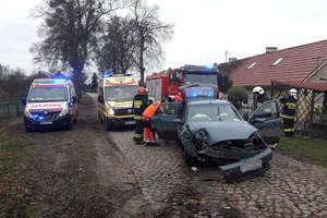 Troje dzieci i matka w szpitalu po uderzeniu autem w drzewo