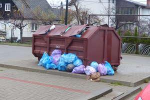 Śmieci wysypują się na chodnik, bo kontenerów jest za mało