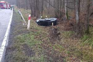 Wyciek substancji nieznanego pochodzenia na jezdni przyczyną wypadku. 59-letnia kobieta trafiła do szpitala