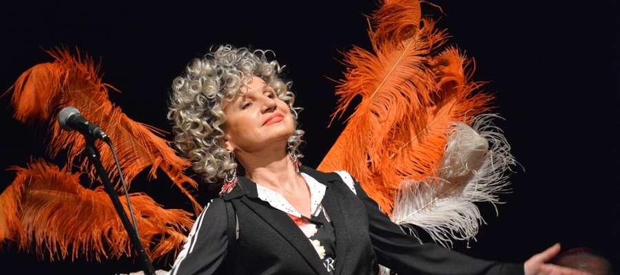 Ewa Cichocka z zespołu Czerwony Tulipan oczarowała publiczność talentem i dużym poczuciem humoru