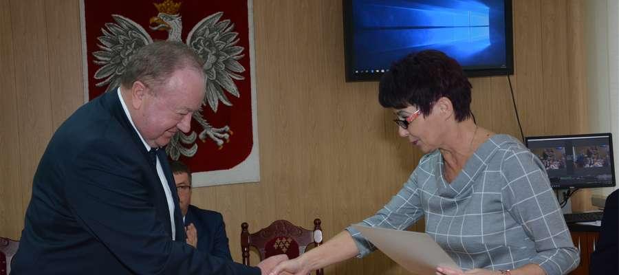 Przewodnicząca Gminnej Komisji Wyborczej Barbara Masłowska wręcza Jarosławowi Kuczyńskiemu zaświadczenie o wyborze na wójta gminy Wieliczki