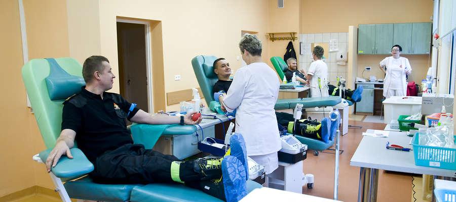 W piątek elbląscy policjanci i strażacy oddawali krew z okazji 100-lecia odzyskania przez Polskę niepodległości