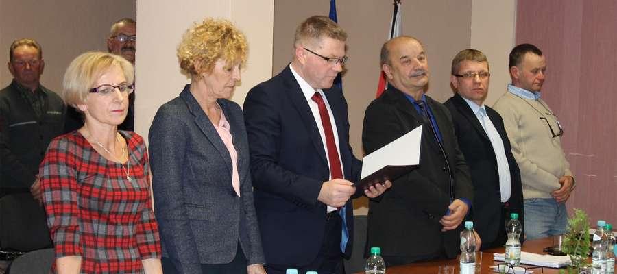Nowy wójt gminy Świętajno Janusz Zakrzewski składa ślubowanie