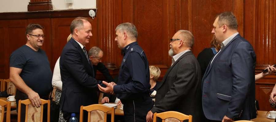 Mirosław Dariusz Drzażdżewski odbiera gratulacje po wyborze na stanowisko starosty