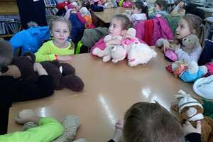 Święto Pluszowego Misia przedszkolaki obchodziły w bibliotece