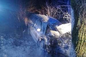 Volkswagen uderzył w drzewo. Kierowca trafił do szpitala