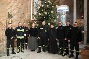 Strażacy pomogli przystroić choinki w bazylice