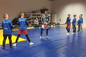 Młodzi piłkarze Sokoła Ostróda sprawdzili się na treningu MMA [zdjęcia]