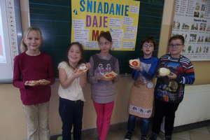 Wspólne śniadanie w szkole w Ostrowitem