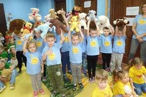 Dzieci z Przedszkola Miejskiego na urodzinach pluszowego misia