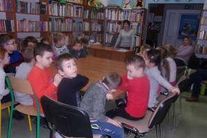 Uczniowie z Ostrowitego w Gminnej Bibliotece w Biskupcu