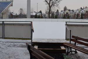 Sztuczne lodowisko czeka na łyżwiarzy na stadionie przy 3 Maja