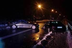 Czołowe zderzenie dwóch aut. Kobieta w ciąży i dwoje dzieci trafiło do szpitala
