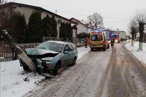 Samochód uderzył w drzewo.  Troje dzieci trafiło do szpitala