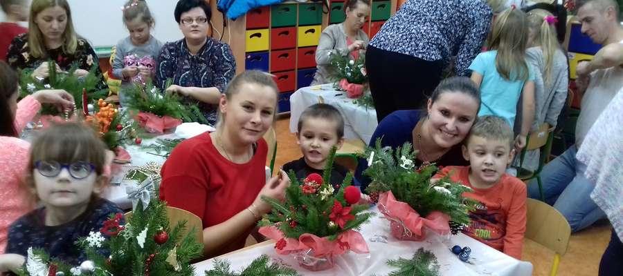 Rodzice pomagali dzieciom robić świąteczne stroiki