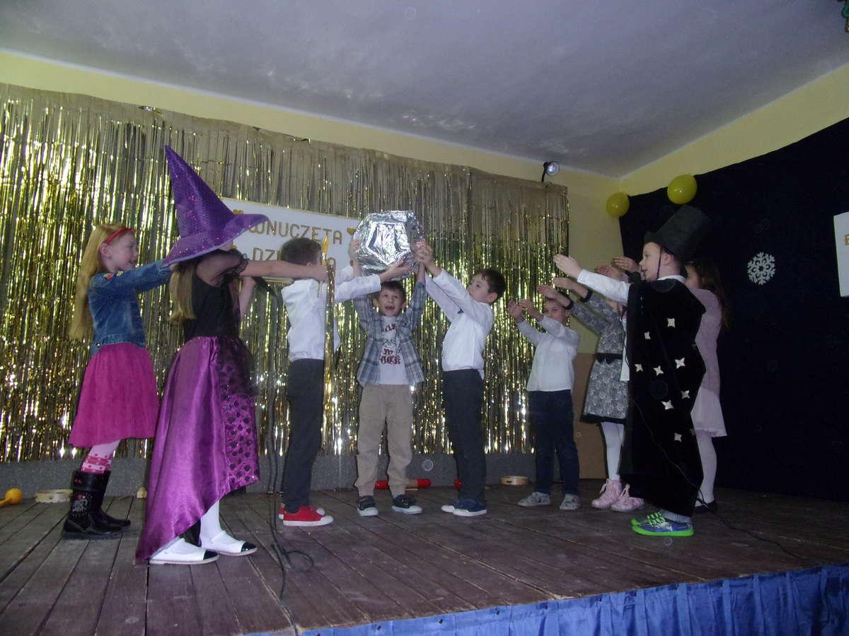 Uczniowie ze szkoły w Ostrowitem podczas występu