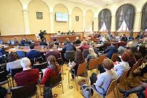 Szkoły, zwalniani nauczyciele i komunikacja miejska. Sesja Rady Miasta Olsztyna pełna emocji