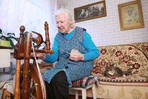 Babcia Marianna codziennie kręci