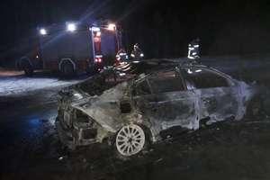 Pożar samochodu w Gutkowie. Volvo spłonęło doszczętnie