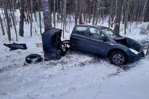 Wypadek na DW 513. Auto dosłownie pękło na pół [ZDJĘCIA]