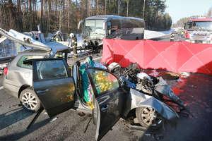 Trzy osoby zginęły w wypadku pod Olsztynem. Samochody osobowe zderzyły się z autobusem przewożącym dzieci [AKTUALIZACJA, ZDJĘCIA, VIDEO]