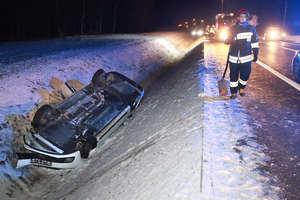 Po zderzeniu z łosiem samochód wpadł do rowu i dachował. Kierowcy, noga z gazu!