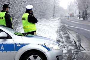 Policja zatrzymuje, obywatele pomagają. Dwóch pijanych na drodze