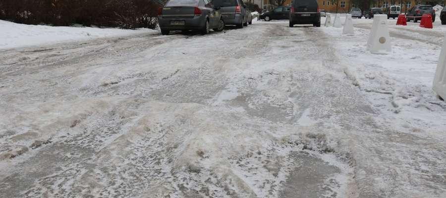 Oblodzone drogi mamy poza miastem, ale i samym Giżycku także są z tym problemy (na zdjęciu postój taksówek na placu Piłsudskiego)