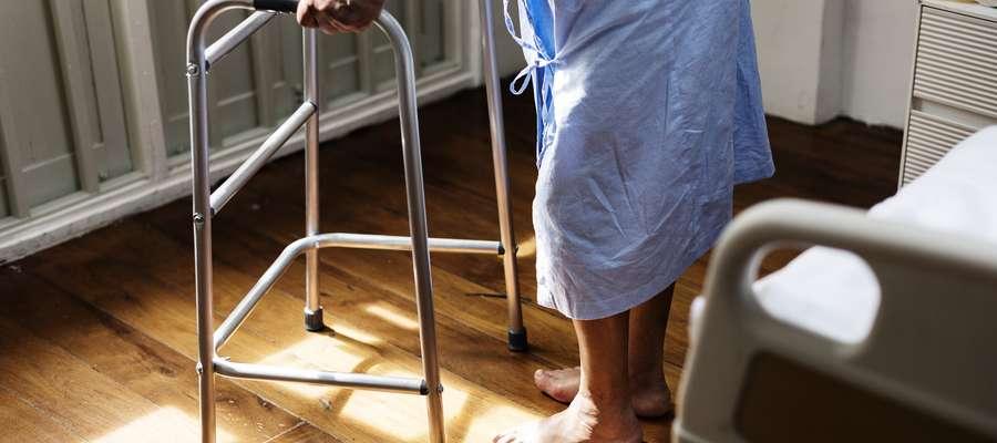 Coraz więcej starszych osób dla najbliższych staje się uciążliwym problemem życiowym