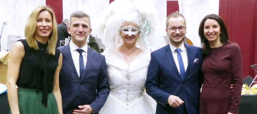 Prowadząca koncert Anna Barańska - Wróblewska z gospodarzami: starostą Bartoszem Bielawski i burmistrzem Dawidem Kopaczewskim (z żonami)