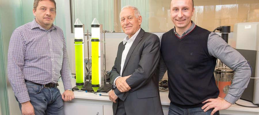 Prof. Mirosław Krzemieniewski (w środku), prof. Marcin Zieliński (z lewej) i prof. Marcin Dębowski (z prawej) z  Katedry Inżynierii Środowiska na Wydziale Nauk o Środowisku UWM