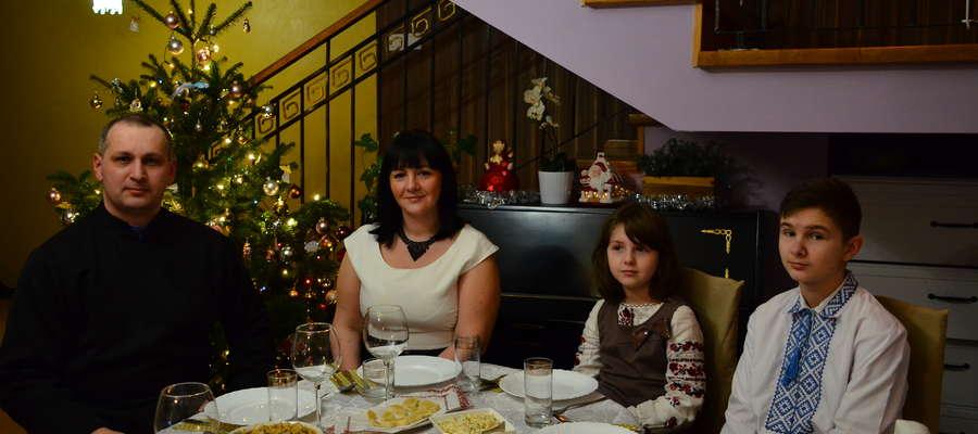 Ks. Bogdan i Oksana Sytczykowie z dziećmi kilka la temu przywigilijnym stole
