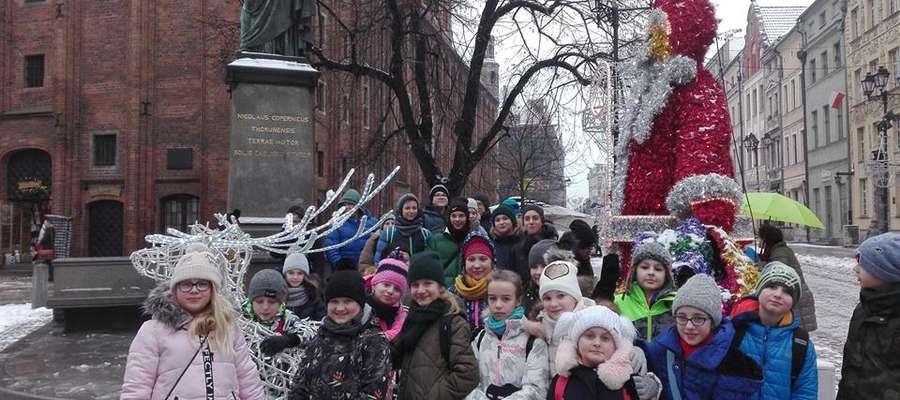 Uczniowie przy pomniku Mikołaja Kopernika