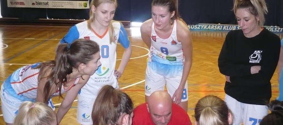 Natalia Żukowska (w środku) w przerwie meczu...