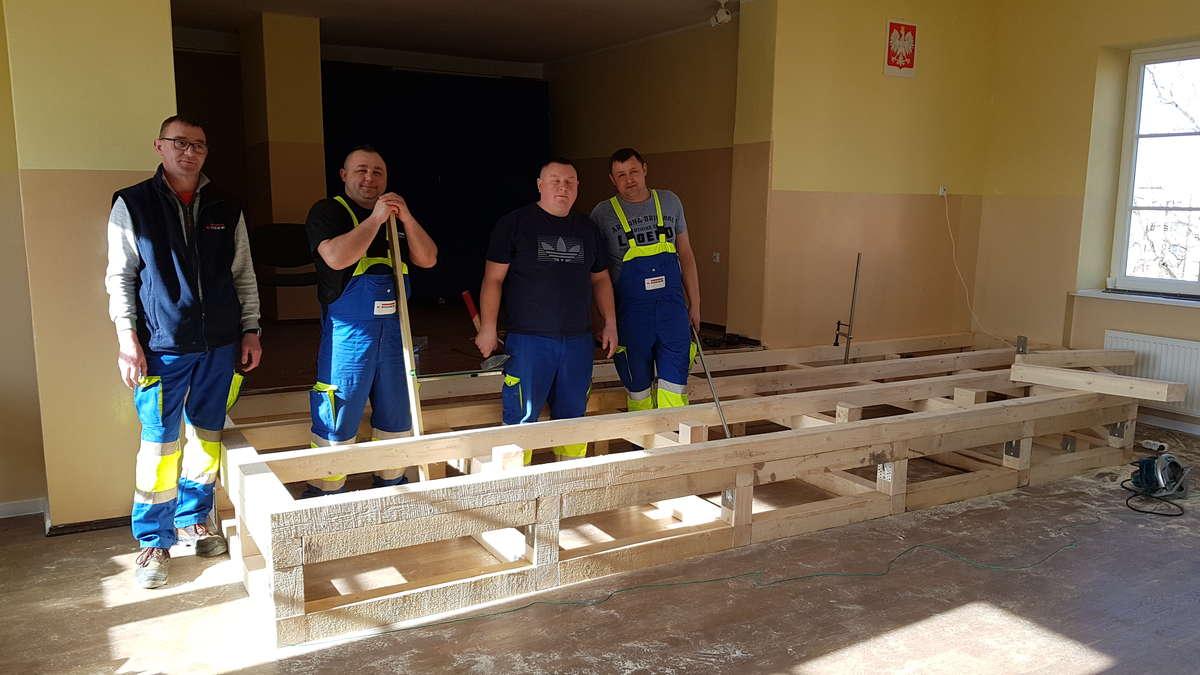 Pracownicy firmy EGGER przy budowie sceny w szkole muzycznej