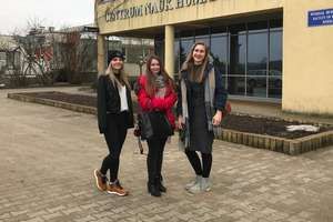 Uczennice z LO na konkursie recytatorskim w Olsztynie