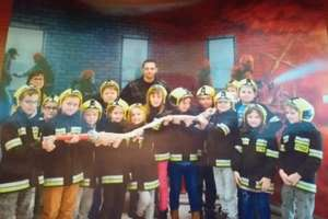 Uczniowie SP w Babkach Oleckich z wizytą u strażaków w Ełku
