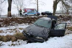 BMW wypadło z drogi. Pasażerka trafiła do szpitala