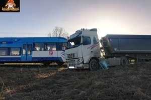 Ciężarówka zderzyła się z szynobusem