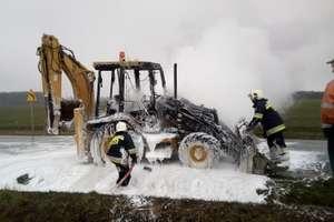 Koparko-ładowarka stanęła w płomieniach [ZDJĘCIA, VIDEO]