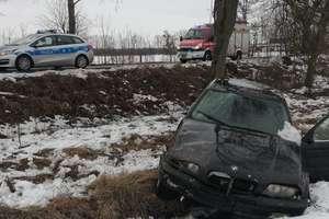 BMW uderzyło w drzewo. Dwie osoby zostały ranne