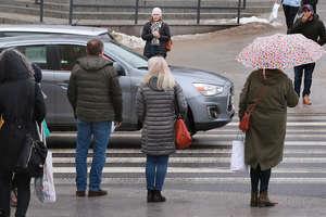 Pod parasolem przepisów. Rzecznik chce chronić pieszych