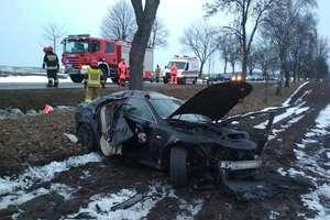 Samochód osobowy uderzył w drzewo. 11-latka z podejrzeniem urazu kręgosłupa trafiła do szpitala w Olsztynie [ZDJĘCIA]
