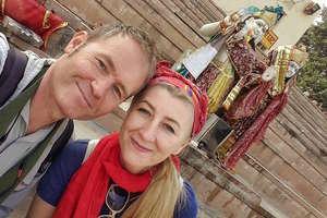 Podróżujące małżeństwo zakochane w świecie